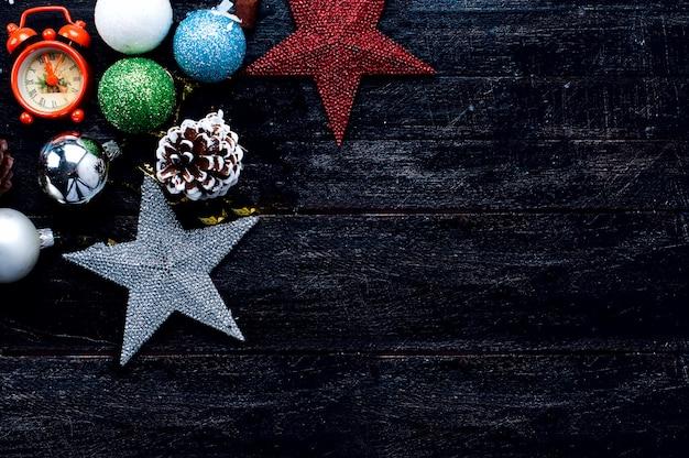 Caixa de presente de natal, decoração de comida e galho de árvore do abeto na mesa de madeira. Foto Premium