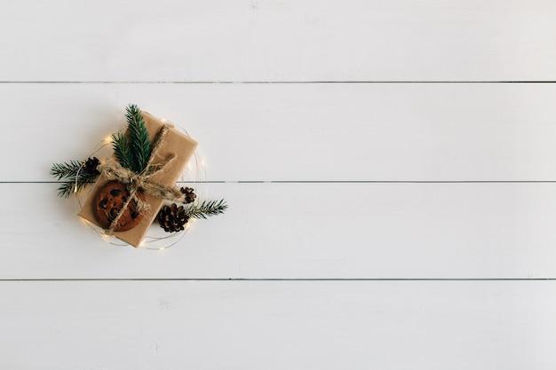 Caixa de presente de natal é embalada em papel kraft. Foto gratuita