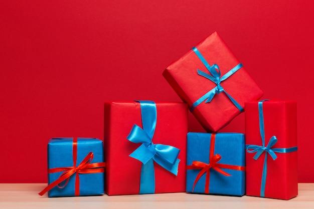 Caixa de presente de natal no tablet Foto Premium