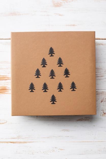 Caixa de presente de natal sobre a superfície de madeira. acima. Foto gratuita