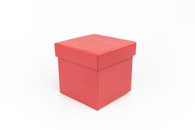 Caixa de presente de papelão vermelha em fundo branco. embalagem para presente. Foto Premium
