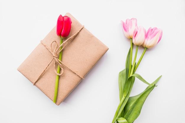 Caixa de presente e buquê de flores Foto gratuita