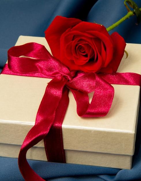 Caixa de presente e rosa vermelha Foto Premium
