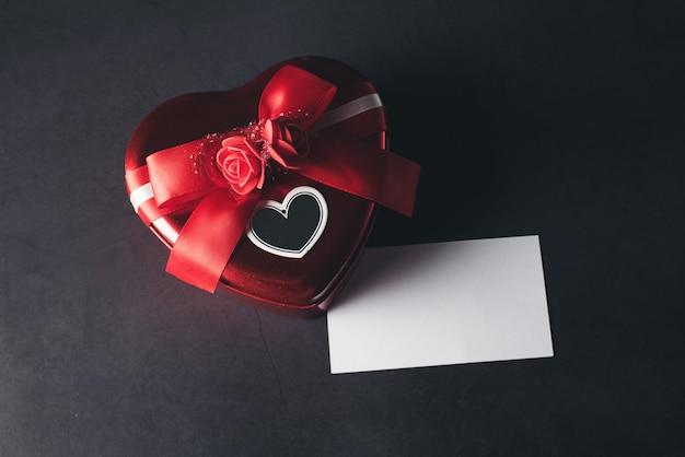 Caixa de presente em forma de coração com cartão de nota em branco, dia dos namorados Foto gratuita