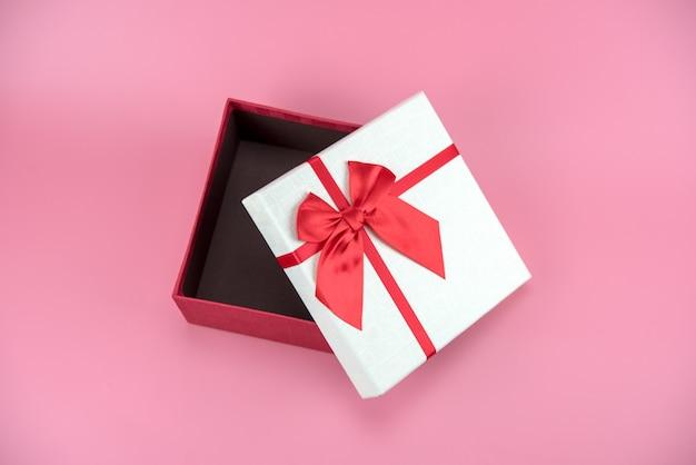 Caixa de presente em fundo rosa Foto Premium