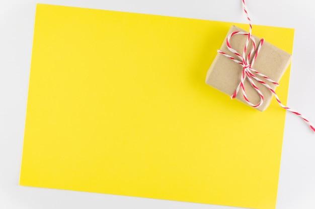 Caixa de presente isolada no fundo amarelo da textura, o dia de valentim feliz. fundo de férias Foto Premium