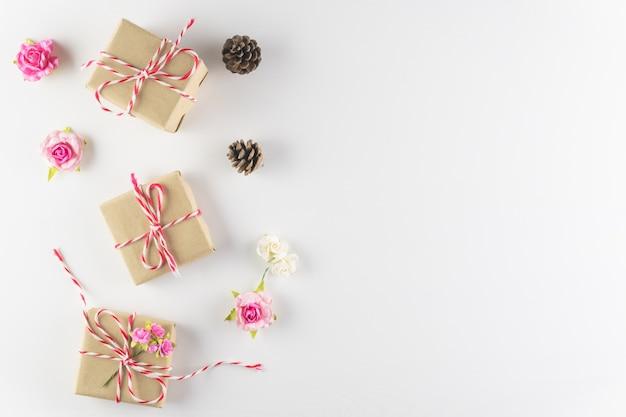 Caixa de presente isolada no fundo branco textura de madeira Foto Premium