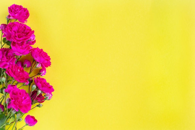 Caixa de presente kraft com linda fita vermelha e rosa, conceito de dia dos namorados, aniversário, dia das mães e saudação de aniversário, copyspace, topview. Foto gratuita