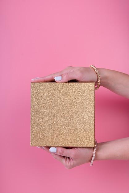 Caixa de presente minimalista realizada na mão Foto gratuita