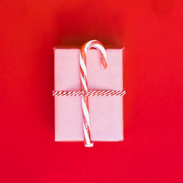 Caixa de presente no envoltório com bastão de doces Foto gratuita