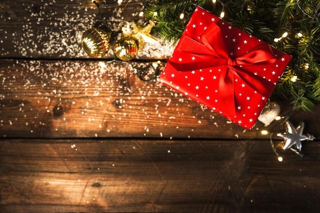 Caixa de presente perto de decorações para o natal Foto gratuita