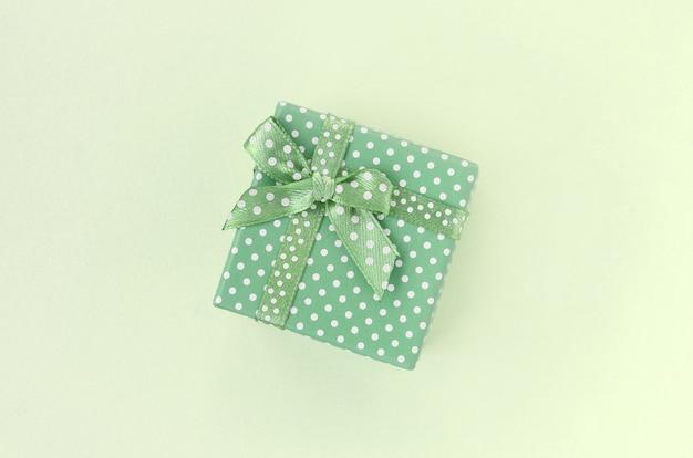 Caixa de presente verde pequena com fita Foto Premium
