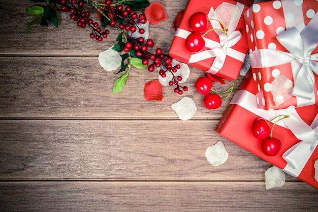 Caixa de presente vermelha e fundo de natal de acessórios Foto Premium