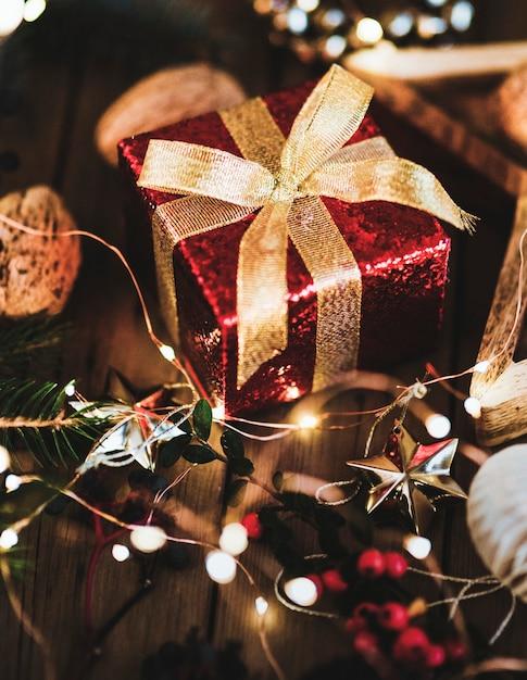 Caixa de presente vermelha embaixo de uma árvore de natal Foto gratuita