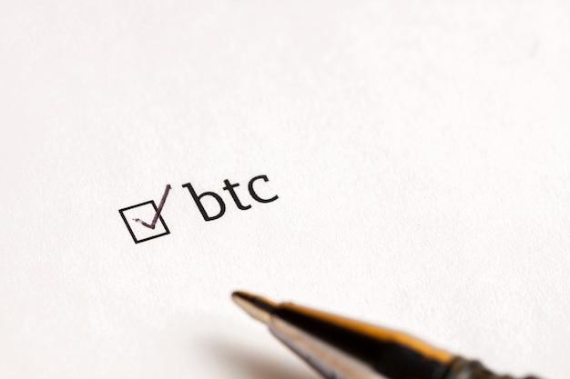 Caixa de seleção verificada com palavra bitcoin no fundo de espera. conceito de questionário. Foto Premium