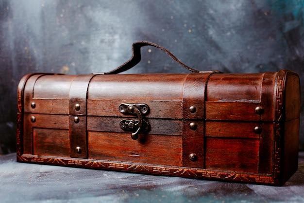 Caixa de vista frontal marrom no chão claro Foto gratuita