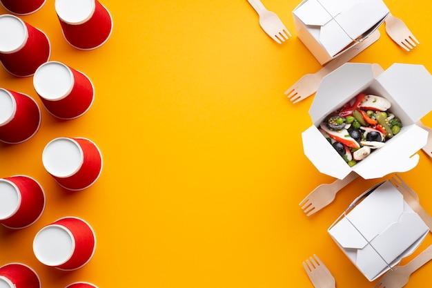 Caixa de vista superior com salada e cópia-espaço Foto gratuita