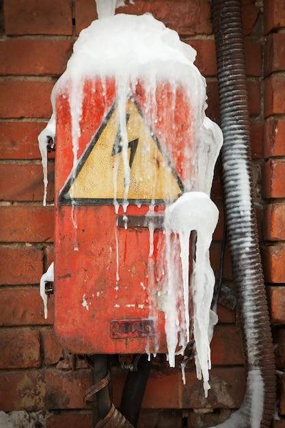 Caixa elétrica abandonada Foto gratuita