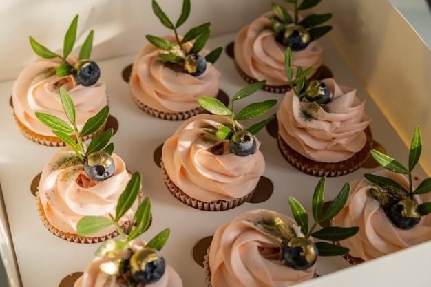 Caixa festiva de cupcakes rosa. Foto Premium