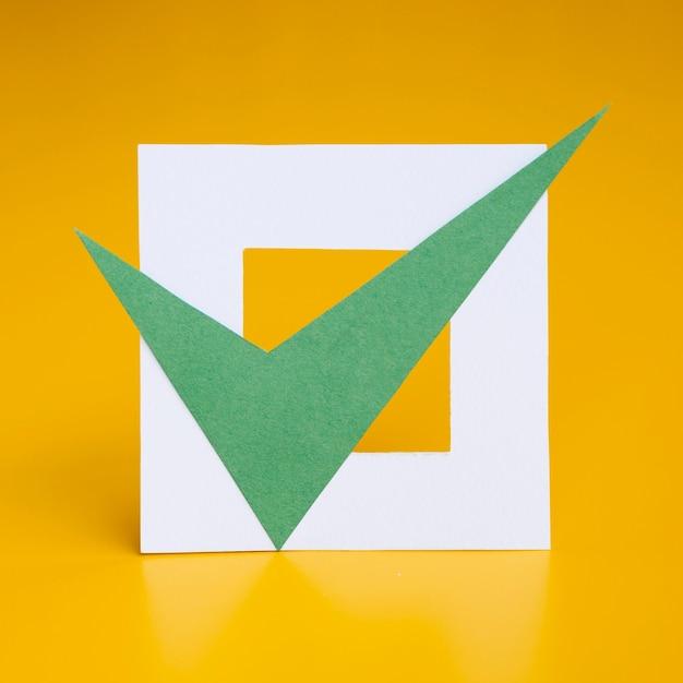 Caixa marcada em fundo amarelo Foto Premium