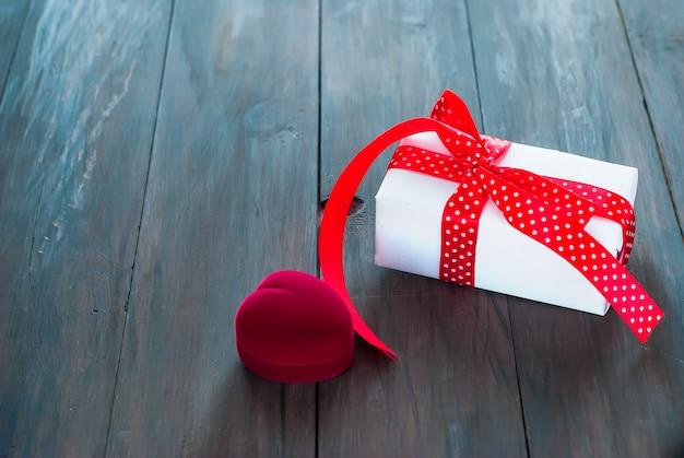 Caixa para anéis e presente de coração Foto Premium