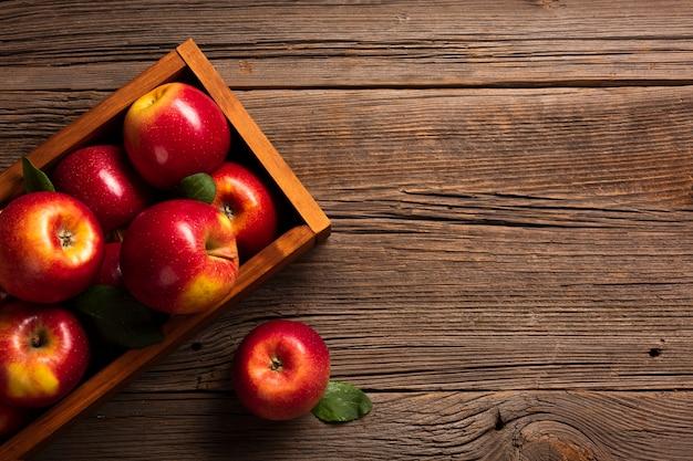 Caixa plana-lay com maçãs maduras com copyspace Foto Premium