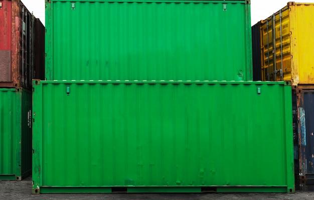 Caixas de contêiner empilhadas em verde Foto gratuita