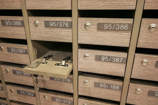 Caixas de correio abertas do cacifo postal para manter sua informação, contas, cartão postal, correios etc., regulamentos da caixa postal do condomínio Foto Premium