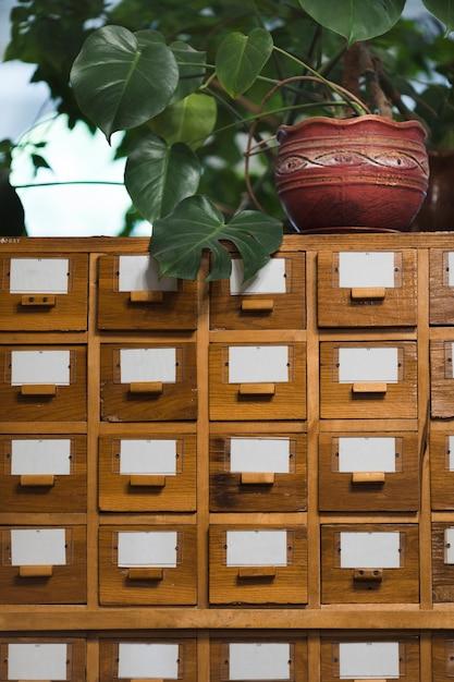 Caixas de índice de cartão na biblioteca Foto gratuita