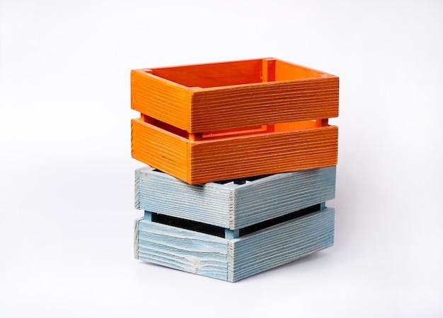 Caixas de madeira de cor, isoladas no branco Foto Premium