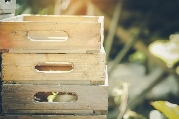 Caixas de madeira vazias e luz da manhã que espera para ser usado. Foto Premium