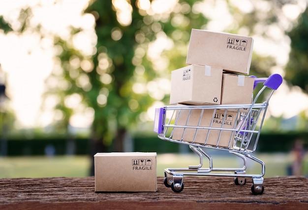Caixas de papel em um carrinho com cópia-espaço, conceito on-line de compras Foto Premium