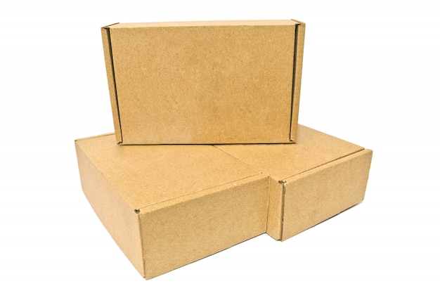 Caixas de papelão para serviço de entrega, movendo-se, pacote ou presentes isolados em um fundo branco Foto Premium