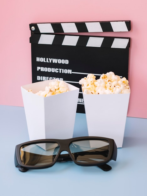 Caixas de pipoca com claquete de cinema Foto gratuita