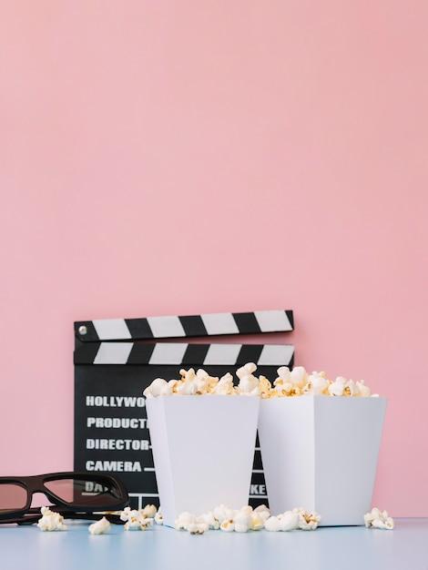 Caixas de pipoca salgada vista frontal em cima da mesa Foto gratuita