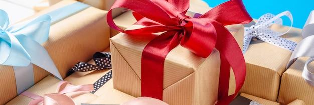 Caixas de presente com fitas vermelhas e azuis. faixa longa Foto Premium