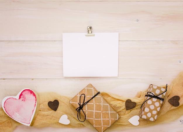 Caixas de presente com papel em branco e coração Foto gratuita