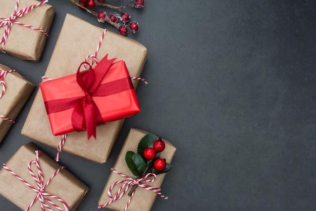 Caixas de presente de artesanato sobre fundo escuro. simulado de natal com espaço de cópia. Foto Premium