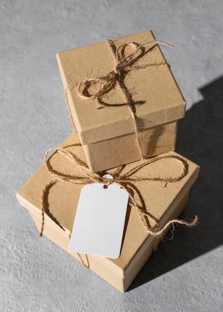 Caixas de presente de grande angular para o dia da epifania com etiqueta Foto gratuita