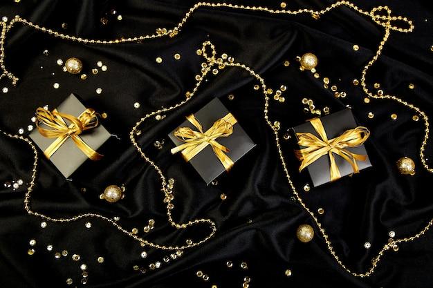 Caixas de presente de luxo preto com fita de ouro Foto Premium