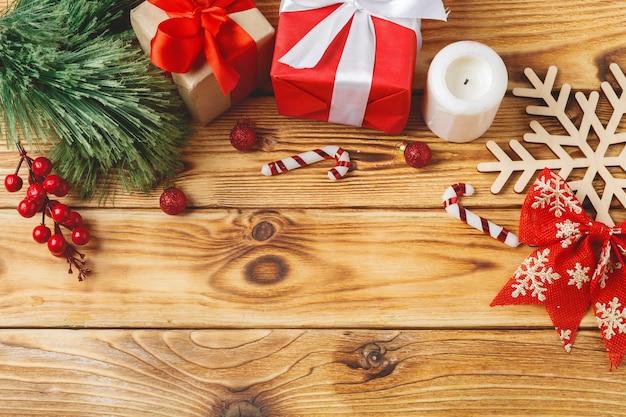 Caixas de presente de natal embrulhado com fitas na mesa Foto Premium