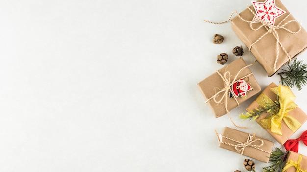 Caixas de presente de natal na mesa de luz Foto gratuita