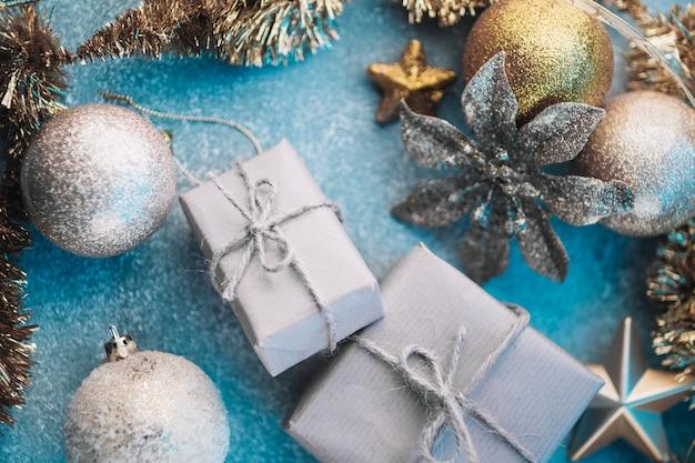 Caixas de presente pequeno com enfeites brilhantes Foto gratuita