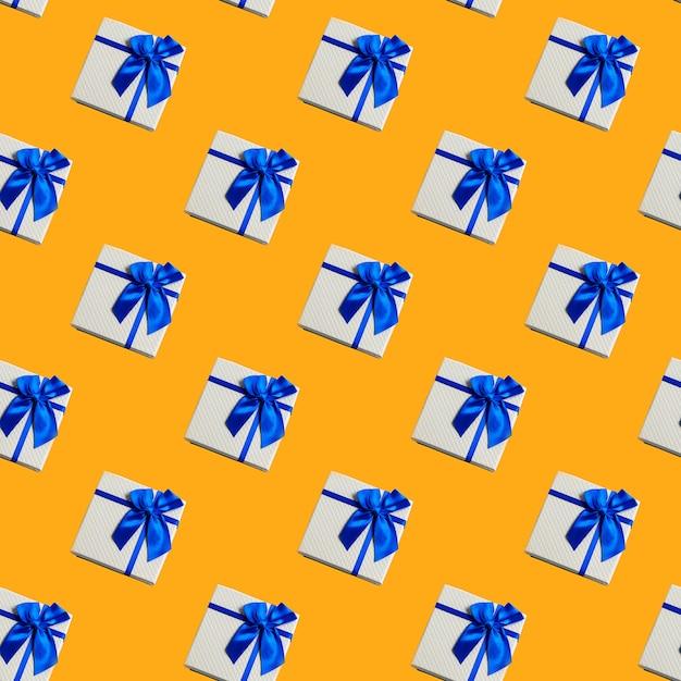 Caixas de presente sem emenda do teste padrão sobre o conceito amarelo do feriado festivo. Foto Premium