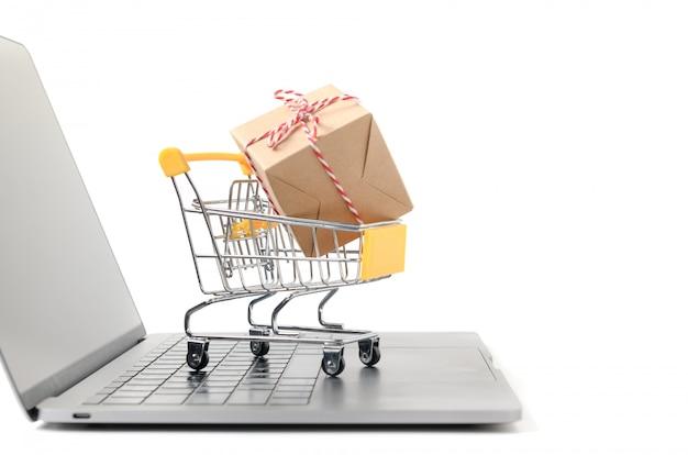 Caixas em um carrinho em um teclado de laptop isolado Foto Premium