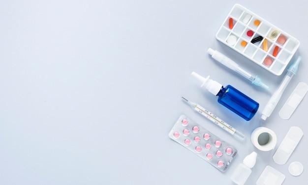 Caixinha de comprimidos e comprimidos com espaço para texto Foto gratuita