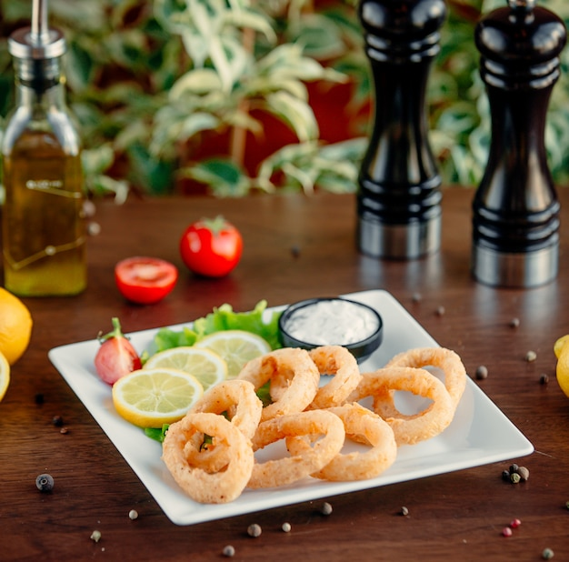 Calamary frito anéis em cima da mesa Foto gratuita