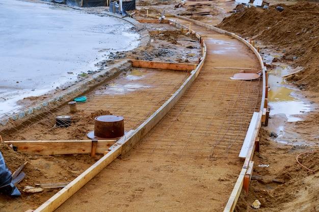 Calçada em construção, instalação de calçada de concreto em andamento. Foto Premium