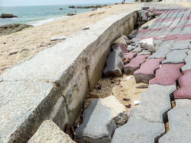 Calçadão à beira-mar estrada danificada pela tempestade Foto Premium