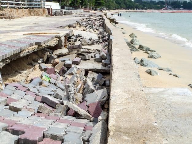 Calçadão de estrada danificado pelo surto de tempestade Foto Premium
